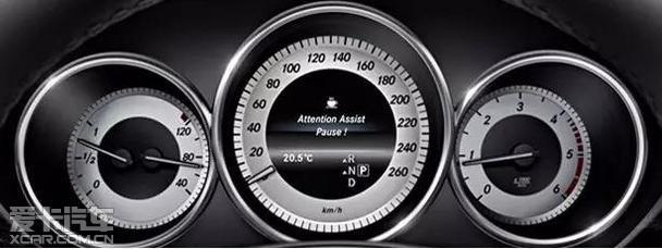 如果车速低于30公里/小时,系统将通过在多功能显示屏上显示一个带方向