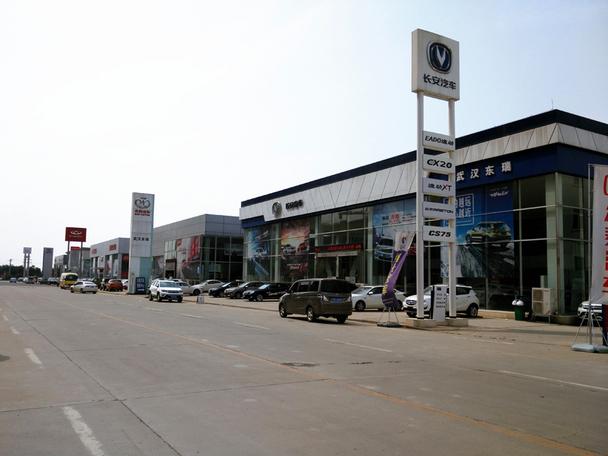 东瑞中国品牌汽车城是由广东东富集团斥巨资新建的汽车4S店集群项目,位于武汉市洪山区白沙洲核心区域,地处107国道与青郑高速的交汇处,多条主干线互通,并有多条公交线路通达。该项目在武汉市政府指定汽车消费聚集区内,毗邻武汉市洪山区汽车检测线旁,依托于华中动力汽车园,汽车消费氛围浓厚。
