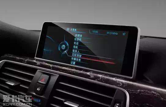 此外,诸多创新配置令新BMW 3系豪华与科技感再次领先同级:同级独有的BMW全彩平视显示系统让行车更加从容;Harman Kardon环绕声音响系统让驾乘体验更加卓越;同级领先的舒适进入功能包括同级独有的尾门自动开启,让新BMW 3系豪华感倍增;升级的双向泊车辅助系统支持平行与垂直双方向泊车,并且操作起来也仅需通过自动泊车按钮或iDrive操作即可,十分简便;新增的车道变更警告功能可实时监测后视镜盲区的情况,在车辆变道时进行辅助提醒,并且警示灯集成在后视镜外壳上,非常符合人体工程学原理。经过升级的自适应