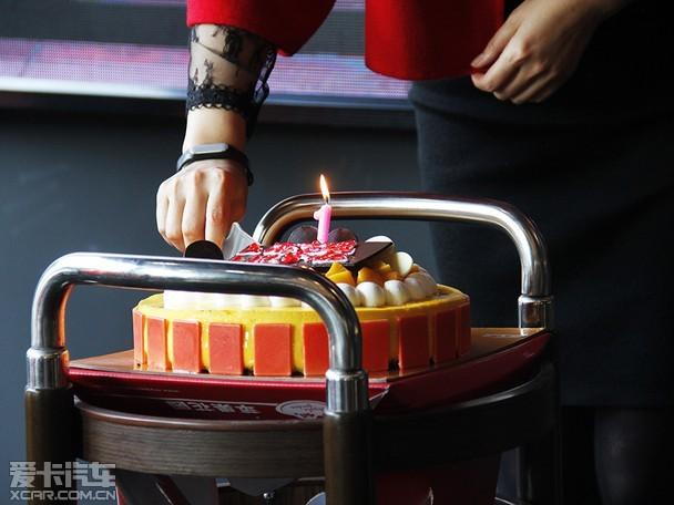 點燃生日蠟燭慶祝寶逸一周年