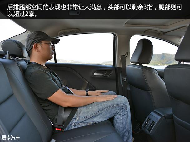 在座椅配置上,显然哥瑞要更加的厚道并且懂中国消费者的心思,哥瑞顶配车型所配备的为皮革座椅,除了拥有不错的舒适性,给人的感觉也要更加的大气,在后排乘坐的照顾上,哥瑞也没有含糊,中间位置三点式安全以及儿童安全座椅接口也没有缺席。