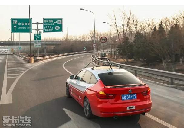目前的测试车辆BMW 3系GT车身内部装有传感器和车辆控制接口,同时为行驶安全控制系统提供技术支持;百度负责提供高精度地图、车辆定位、环境感知、控制系统等自动驾驶决策与控制模块。测试车辆通过物体识别技术和环境感知技术,配合高精度地图,即可实现车辆探测、识别、跟踪、外界物体距离和速度估计、路面分割、车道线检测等功能,实现自动驾驶。 驶向现实的宝马自动驾驶科技 作为汽车科技创新的先锋,BMW集团在过去十余年里,已经在自动化驾驶领域累积了众多重要的科研成果。目前,半自动驾驶技术已经普遍使用于BMW量产车型中,