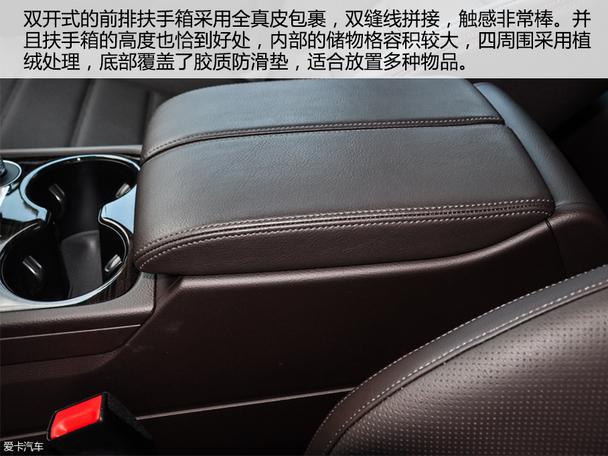 全新Q7的内饰进行了重新设计,摒弃了原有那过于呆板的设计风格,融入了大量科技化元素来打造的内饰的确获得了足够的科技感。尤其是12.3英寸的全液晶电子仪表盘功能非常丰富,涵盖了导航信息车辆信息等,这个仪表盘或许在往后会下放到更多奥迪车型当中。贯穿左右的中控台上按钮非常简洁,巨大的空调出风口也非常抢眼。但不知道是不是有些人跟我感觉一样,就是对奥迪Q7的全新内饰来看,虽然有着不错的科技感,但是总感觉欠缺了一些该等级车型所应当具备的豪华气息。