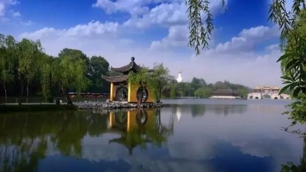 诗仙李白有一句描写扬州春天的诗句