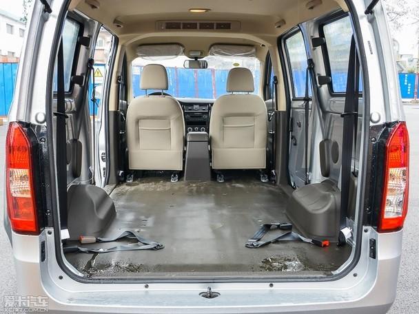 空间方面,五菱荣光V的长宽高分别为4435/1685m/1850mm,轴距2720mm,与五菱之光和五菱荣光S相比,在长度和宽度上都更具优势,自然赢得了更为宽敞的装载空间。五菱荣光V提供了5座、7座、8座三种内部座椅布局,为了方便拉货的需求,该车的座椅都可以进行快速拆装。正常情况下,其后备厢最小进深为430mm,装载空间500L,第三排座椅向前翻折后,荣光V的进深度达到了800mm,而同时拆除中、后两排座位时,五菱荣光V的最大装载长度超过2300mm,装载空间达到4300L。同时,完全平整的地板、更