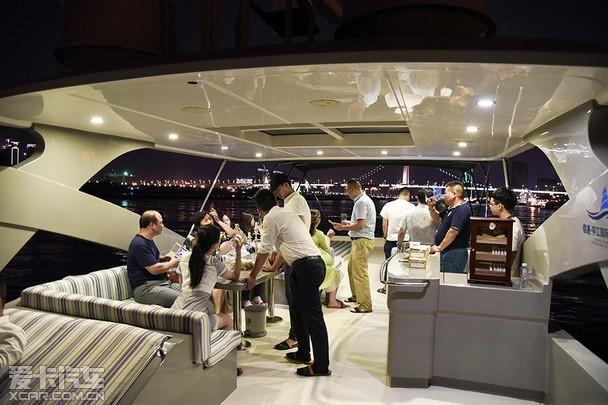 乘坐游艇夜游闽江,游艇上还提供了红酒品鉴,雪茄品鉴等活动项目