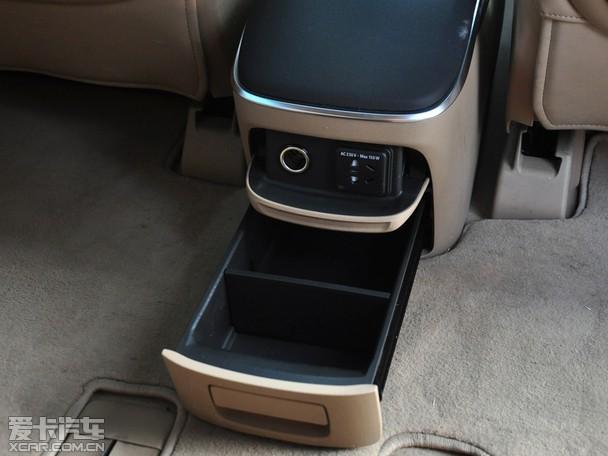 相比上一代车型,全新一代GL8采用了更为高效的前舱布局,同时增加车身高度,并且增加了后悬长度,从而增大了轴距比例,进一步优化了车内的乘坐空间;除此之外,在车身结构的设计上缩短了前悬和车身长度,也有助于驾驶员更加轻松地操作车辆进出停车泊位。而在座椅的配备上,自打进入中国市场以来就一向以长途乘坐舒适性著称的GL8自然更是没有让人们失望,全新一代车型在座椅方面也是下足了功夫。        其余部分空间储物格展示:    动力方面,上汽通用别克全新一代GL8搭载了一台2.