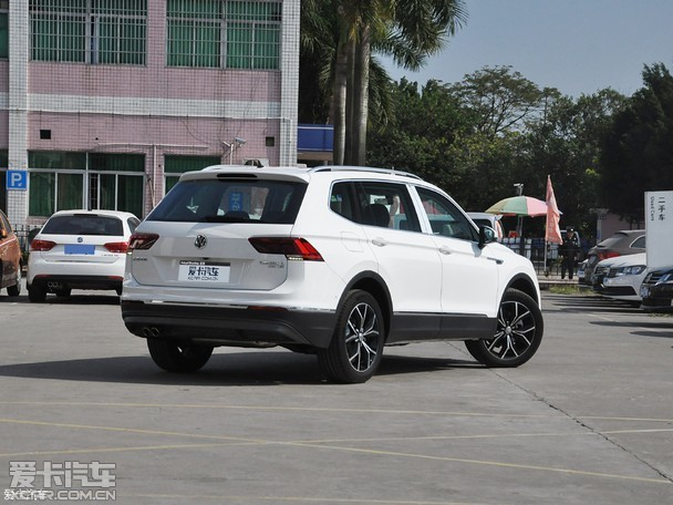 全新途观L采用了全新的家族式前脸设计,多条横向的镀铬进气格栅与两侧前大灯相连,提升了新车的视觉宽度,并强化前脸的辨识度。新车基于全新Tiguan打造,造型设计方面基本与之保持一致,在车身数据及细节上有些许差异。全新途观L在全新Tiguan的基础上,车身加长226mm,轴距增加110mm,升级过后的全新途观L长宽高分别为4712/1839/1673mm,轴距达到2791mm。轴距加长为全新途观L的侧面带来更修长饱满的视觉效果,尾部相对比较简洁,用简单的线条勾勒出层次感。