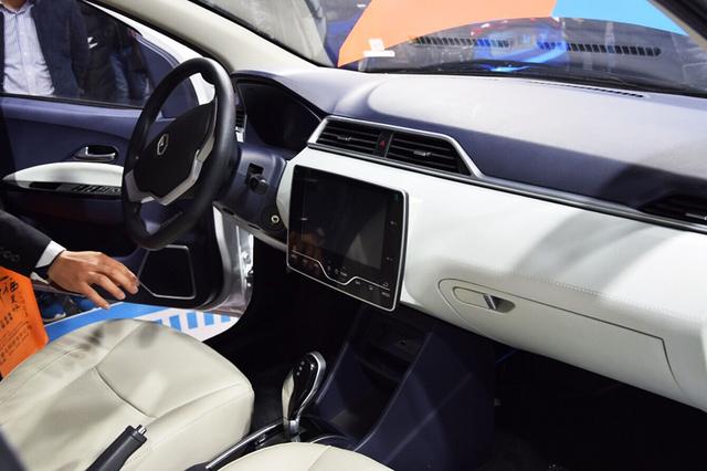 """内饰设计   另外,针对产品的长期性考虑,雷丁规划了三大技术路线,包括了低压铅酸,低压锂电,以及高压锂电的国民车技术发展战略,通过自主创新,全面整合行业资源链条,在""""四大工艺""""和""""三电技术""""的支持下,将为中国未来电动汽车工业发展提供全新的成长路径。所以,我们可以说,作为微型电动车行业的领导者,雷丁此次核心锂电技术的发布,带领整个行业跨上了一个新的台阶,让低速电动车真正成为了国民化的代步工具。   微型电动车的发展已经成市场发展的必然,面对万亿的市场规模,只有"""