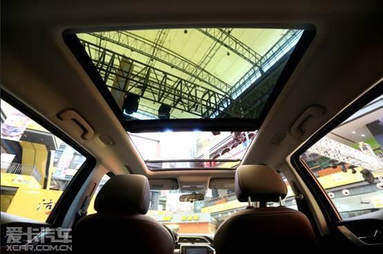 """海马S5 Young的造型极具吸睛能力,由意大利国际顶尖汽车设计公司宾尼法利纳与海马汽车设计团队合力打造的前脸个性十足;分体式波浪型进气格栅+""""喙矩式""""大灯凸显年轻风范;配合LED日间行车灯,尽显潮流风尚;A柱为熏黑处理,营造出时下极为流行的悬浮式车顶效果;凌厉腰线及尾部下方银色护板形成首尾呼应的动感姿态;多处精致的银色、镀铬装饰件与大尺寸液晶屏的配合,再次提升了视觉品质及科技感。"""