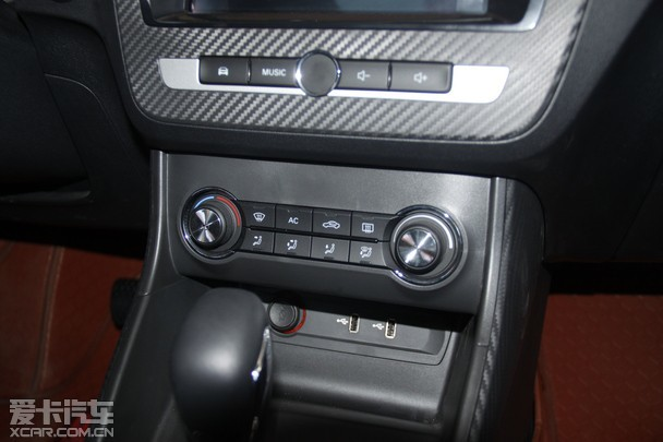 作为内饰部分中的最大亮点,名爵ZS配备了8英寸中控液晶屏,并集成了上汽集团与阿里巴巴合作开发的YunOS车载系统,借助独立ID身份证号,通过大数据全面进入年轻人的衣食住行,这也包括语音调节车内温度、远程定位汽车、预约保养、支付宝支付以及提供地图服务等丰富功能。