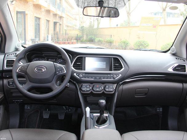 1 外观方面   长安CS55于7月26日正式上市,售价区间8.39-13.29万元。新车外观采用全新设计语言,视觉效果更加大气。内饰设计个性十足,整体风格更加年轻化,配置更加丰富。动力方面将搭载1.5L涡轮增压发动机,匹配6速手动或6速手自一体变速箱。在目前中国品牌紧凑型SUV级别中,长安CS55的竞争对手较多,像哈弗H6、传祺GS4、荣威ERX5等都是较强的竞争对手,究竟长安CS55与它的竞争对手相比有哪些优势,我们来进行一番对比便知晓。    外观方面:   长安乘用车-长安CS55