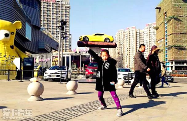 """12月16日起,一个""""奇迹""""亮相青岛街头——加拿大艺术家迈克尔·格莱布(Michael Grab)与雪佛兰合作,在青岛凯德mall将第六代科迈罗送上天啦!"""