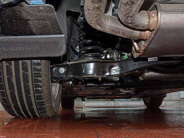 动力方面,途安L 280TSI 自动豪华版搭载了一台1.4T发动机,最大功率110kW(150Ps)/5000rpm,最大扭矩250Nm/1750-3000rpm,匹配7速双离合变速箱;底盘方面,途安L采用了前麦弗逊式独立悬挂,后四连杆独立悬挂结构。   别克GL6 18T 6座尊贵型