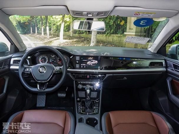 """全新朗逸Plus车身尺寸大幅提升,长宽高分别为4670/1806mm/1474mm,新车轴距加长至2688mm,后排座椅坐垫加长了75mm,为用户提供了出色的腿部空间,提升了乘坐舒适性。不仅如此,采光面积提升30%的大尺寸双层防夹天窗、后排中央通道空调出风口和USB充电接口,以及Climatronic双区自动空调,既保障了舒适乘坐环境,更提升了乘坐便利性,为用户打造超越同级的""""悦享后排空间""""。"""
