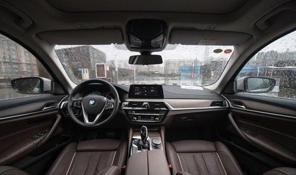 """国内的主力车型,也是销量增长点,5系在国内市场取得非常好的成绩,上一代5系是销量最好的一代车型,而今年上市的全新5系顶着各种压力到来,它能否带给你真正意义上的""""舒适""""与""""温暖""""呢?      外观是我们对车辆的第一印象,尤其在现在这个靠颜"""