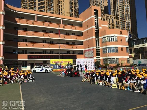 """全新宝马X3的国产可以看出宝马在车型的研发过程中高度重视中国市场,内外部设计则充分考虑了中国车主的审美标准,同时丰富的配置、较上一代长出54mm的轴距以及专为中国市场设计的后排座椅更是中国专属,在全新一代宝马X3身上,我们可以看到不少的惊喜,尤其在内饰与空间上的表现,无疑是更符合国人的审美口味与用车需求。另外,全新一代宝马X3的操控体验与越野性能也有不俗的表现,再加上售价的进一步下探,竞争力水平得到进一步的提升,对于消费者而言,全新一代宝马X3无疑是一个不可多得的购车选择,对于这款""""原汁原味""""的宝马中型SUV—宝马X3,我们预祝它能有不错的市场表现吧。"""