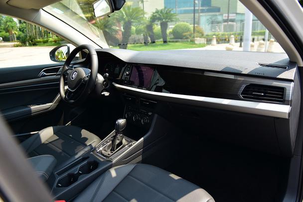 中控台镶嵌了一块8英寸液晶触控屏,这在朗逸燃油版车型上也是高配才有的配置。屏幕清晰度非常高,且操作流畅度和屏幕反应速度也较为灵敏。屏幕左侧为按键与旋钮组合设计, 在车辆行驶过程中调节非常方便。图中为大众自带的Blue Score驾驶习惯评分系统,可依据司机的驾驶习惯以及行车能耗等因素全方位打分。触控屏支持车载导航,并配备来自科大讯飞的智能语音系统。