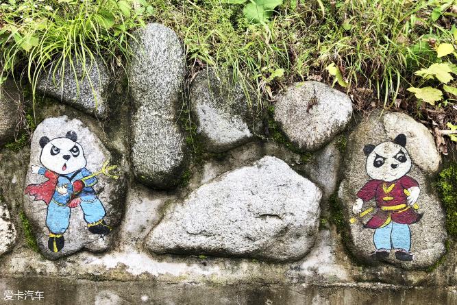 可爱的,不过都是功夫熊猫的形象,十几只神态各异的阿宝凑在一起惹得小