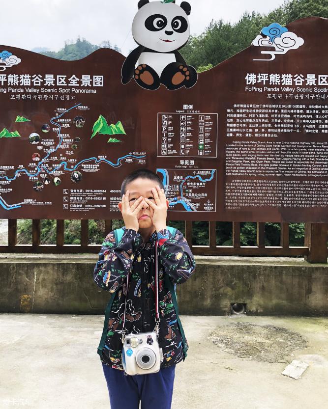 丁哥今天突然和我说,爸爸,我没看见过熊猫。这着实让我吃了一惊。细细想来,这可能是真的。没上学之前,只要天气好,几乎每周都带他去动物园玩,看这看那,总是路过熊猫馆而不入,也许是因为人山人海?也许是因为自己太熟悉?还是因为看国宝前应该有个庄严的仪式?总之好像真的错过了。 在中国的腹地有2块生活着大熊猫的自然保护区陕西的秦岭和四川的成都,有幸这次旅行能过经过这两个地方。就去看看吧,圆一下丁哥想见这国宝大萌宠的心愿。 秦岭一个大自然的生命宝库,在这里生活着大熊猫、川金丝猴、羚牛和朱鹮这4种濒危灭绝的国宝