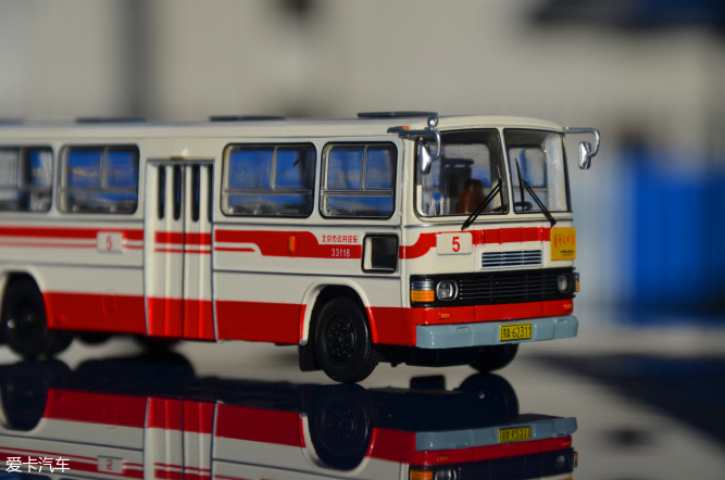 写这两台车,着实费了不少功夫,购买这两台模型时仅仅看重了北京老一代公交车的涂装,追忆小时候没有谢顶的年轻时期。结果阴错阳差的发现,路牌上1路和5路,比车辆更能代表着北京。 作为土生土长的北京孩子,从小也是跟着爹妈挤公交,坐28,运气好的时候能打个面的。这个黄色车身带着红色条纹的公交车,印象中一直陪伴到2005年左右,正赶上奥运会,慢慢的就消失了.