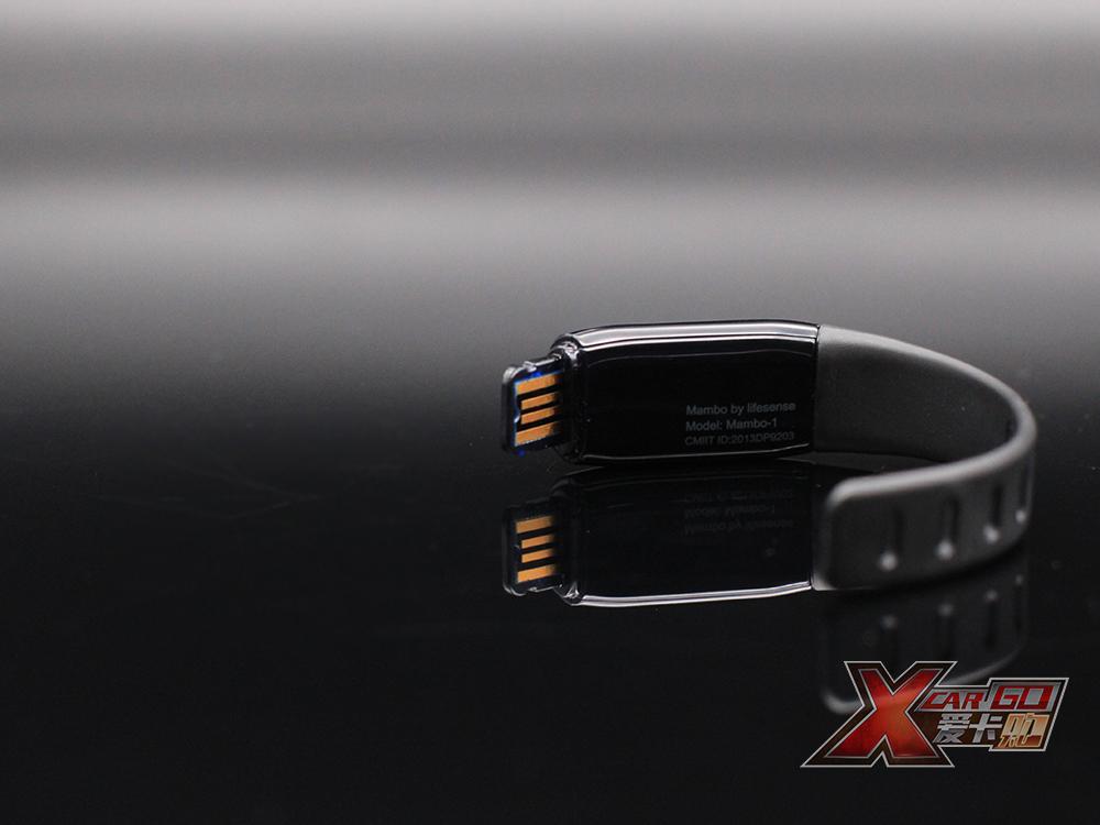 欧司朗手环USB接口特写(1).jpg