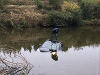 尴尬!开车玩手机进水塘 一周图片新闻